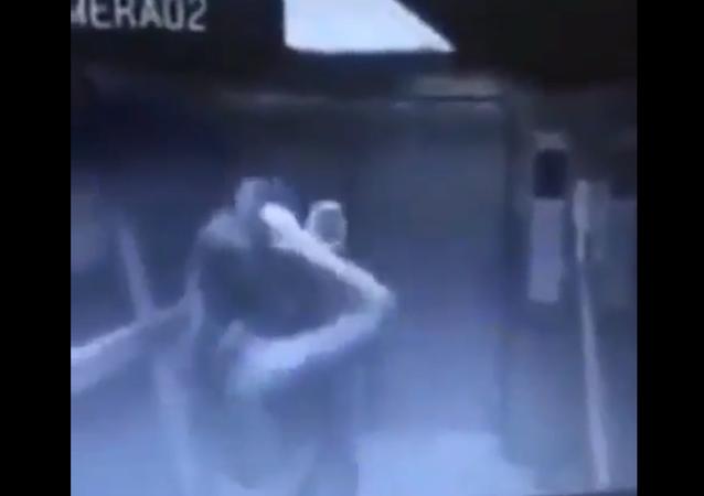 خروج فتاة من المصعد والباب مغلق