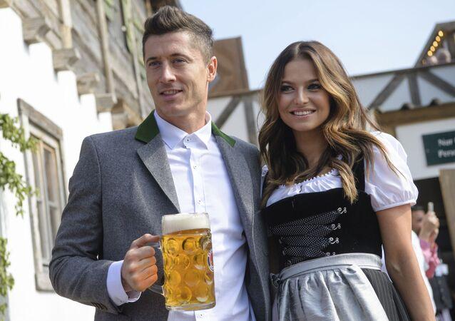 لاعب كرة قدم (مهاجم في فريق بافاريا) الألماني روبرت ليفاندوفسكي وزوجته آنّا ليفاندوفسكي في ميونخ، ألمانيا 23 سبتمبر/ أيلول 2017