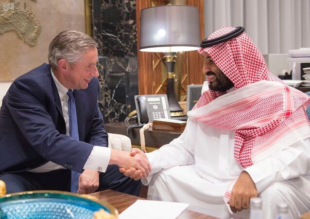 الأمير محمد بن سلمان خلال توقيعه عقد مشروع نيوم