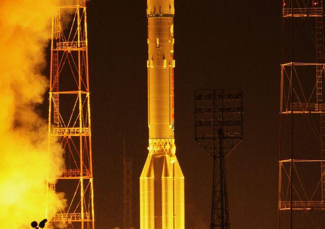 انطلاق صاروخ يحمل قمرا صناعيا عسكريا