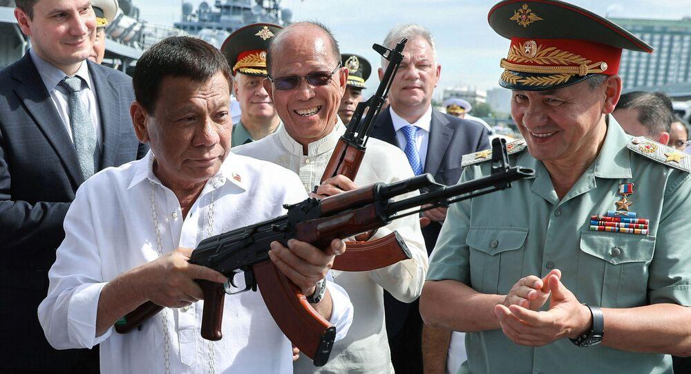 الرئيس الفلبيني رودريغو دوتيرتي ووزير الدفاع الروسية سيرغي شويغو يتفقدان بندقية  AK-47  في ميناء مانيلا، الفلبين 25 أكتوبر/ تشرين الأول 2017