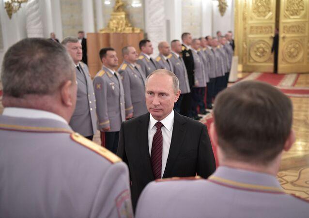 الرئيس فلاديمير بوتين أثناء مراسم تعيين الضباط بالرتب العسكرية العليا في قاعة القديس جورج بقصر الكرملين، موسكو، روسيا 26 أكتوبر/ تشرين الأول 2017