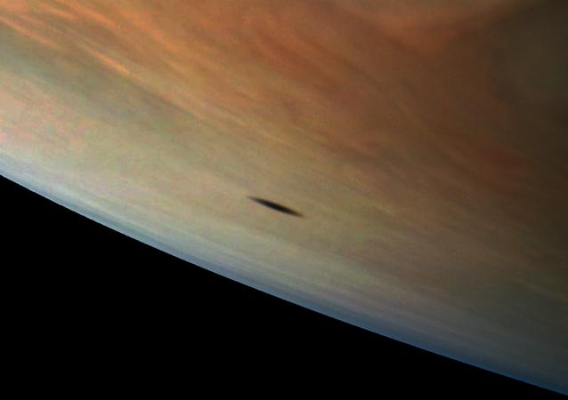 خيال لقمر كوكب المشتري أمالتيا بواسطة المركبة الفضائية جونو التابعة لـ ناسا