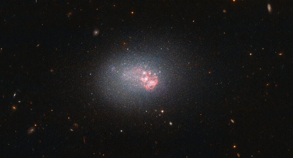 المجرة ESO 553-46 - وفيما يتعلق بالمجرات، يمكن ان يكزون حجم المجرة خادعا. حجم بعض المجرات الكبيرة نائم، مثل مجرة ESO 553-46 في الصورة. فبإمكانها  أن تنتج نجوما عديدة وبشكل متزايد. في الواقع، فهي أكثر المجرات نشاطا من حيث انتاج النجوم، وذلك من بين 1000 مجرة على المدى القريب من مجرتنا درب الدبانة.