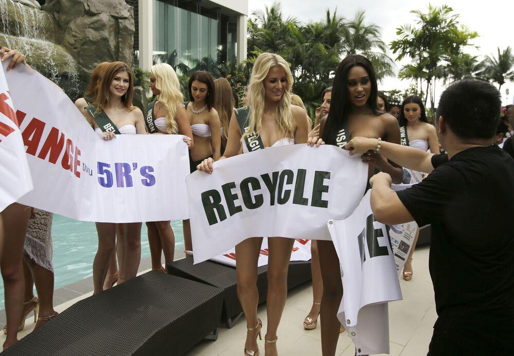 جلسة تصوير للمشاركات في مسابقة ملكة جمال الأرض لعام 2017 في مانيلا، الفلبين - (من اليمين إلى اليسار): ملكة جمال الولايات المتحدة أندريا غيبو، وملكة بلجيكا لورالين فيرمييرش 30 أكتوبر/ تشرين الأول 2017