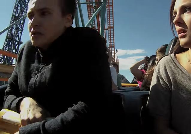 ينهي علاقته مع حبيبته أثناء ركوبهما قطار الموت