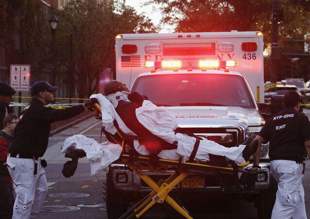 طاقم إسعاف يأخذ مصابا بعد حادث سير، نيويورك، الولايات المتحدة الأمريكية 31 أكتوبر/ تشرين الأول 2017