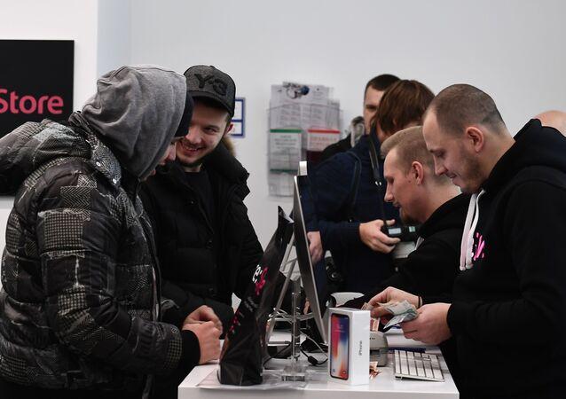 بدء مبيعات هواتف iPhone X في موسكو، روسيا