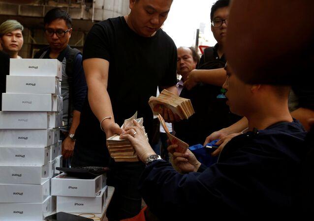 مبيعات هواتف آيفون إكس في متاجر أبل بمختلف مدن العالم 3 نوفمبر/ تشرين الثاني 2017 - هونغ كونغ، الصين
