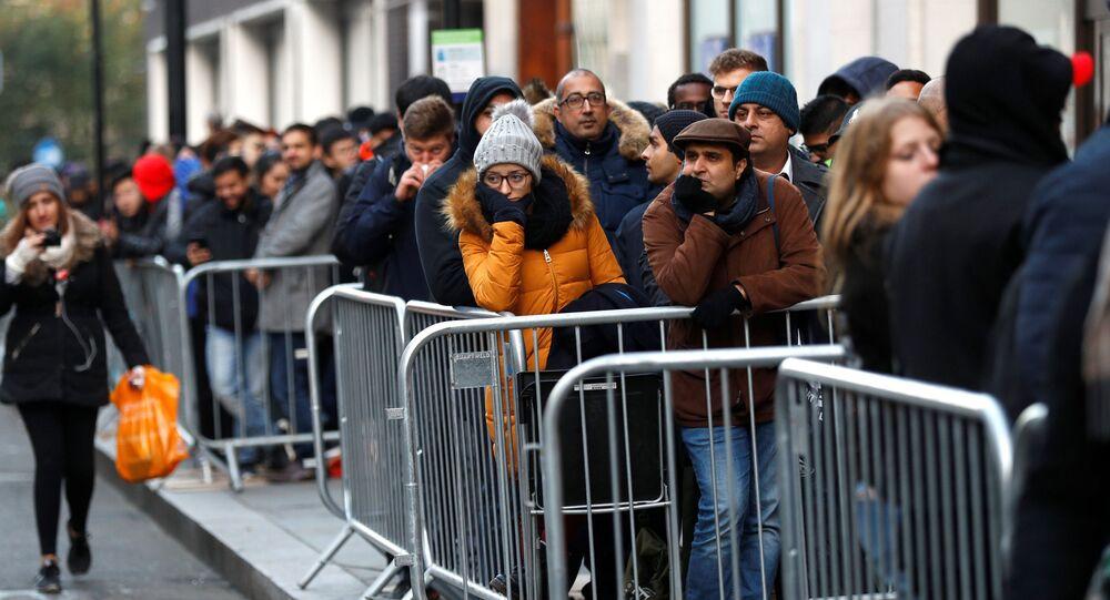 مبيعات هواتف آيفون إكس في متاجر أبل بمختلف مدن العالم 3 نوفمبر/ تشرين الثاني 2017 - لندن، بريطانيا