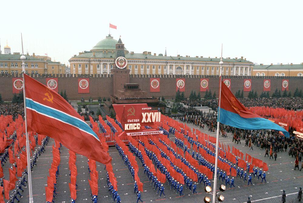 إحياء الذكرى الـ69  لـ ثورة أكتوبر، 1917 على الساحة الحمراء في موسكو عام 1986