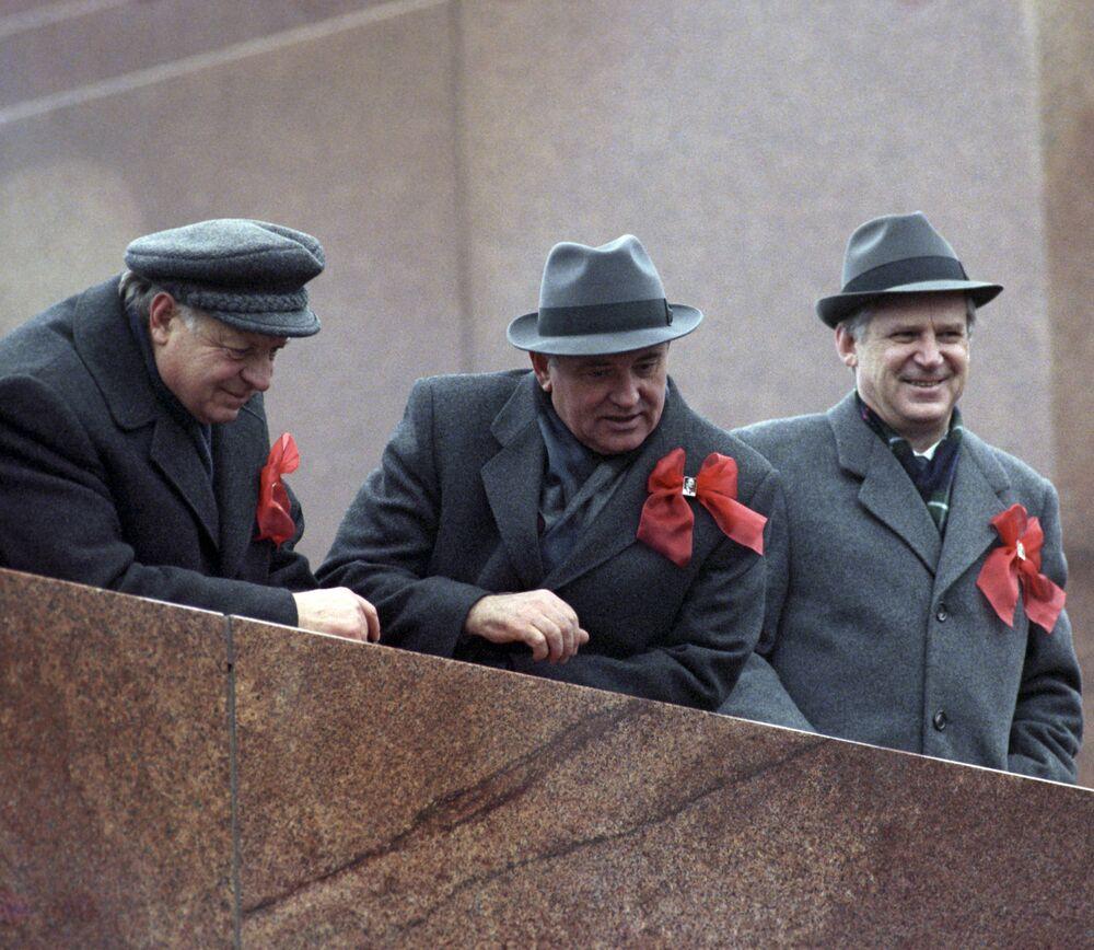 إحياء الذكرى الـ 72 لـ ثورة أكتوبر، 1917 -  الأمين العام للجنة المركزية للحزب الشيوعى ميخائيل غورباتشوف على منصة ضريح لينين على الساحة الحمراء في موسكو عام 1989