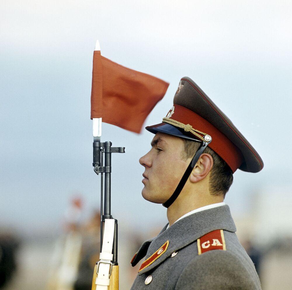 إحياء ذكرى ثورة أكتوبر، 1917 على الساحة الحمراء في موسكو عام 1980