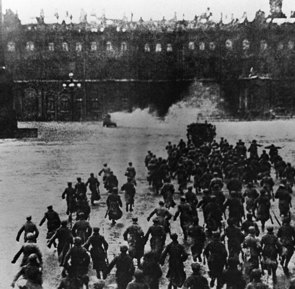 ثورة أكتوبر عام 1917 - اقتحام القصر الشتوي في 25 أكتوبر/ تشرين الأول عام 1917 (حسب التقويم القديم). الصورة من فيلم وثائقي أوكتيابر (أكتوبر)، تم تصويره عام 1927