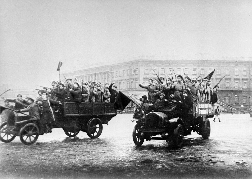 ثورة أكتوبر عام 1917 - مجموعات من الجنود والبحارة المسلحين تتوجه صوب القصر الشتوي (أيام أكتوبر حسب التقويم القديم)