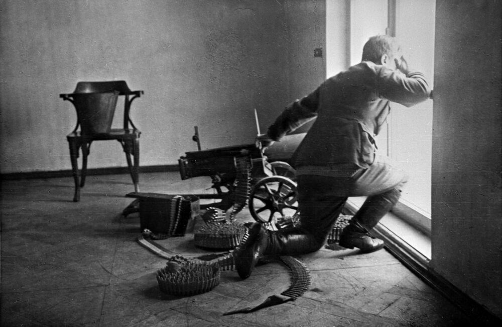 ثورة أكتوبر عام 1917 - جندي يدافع بالمدفعية الثقيلة عن القصر الشتوي خلال أيام أكتوبر (نوفمبر حسب التقويم الجديد) عام 1917
