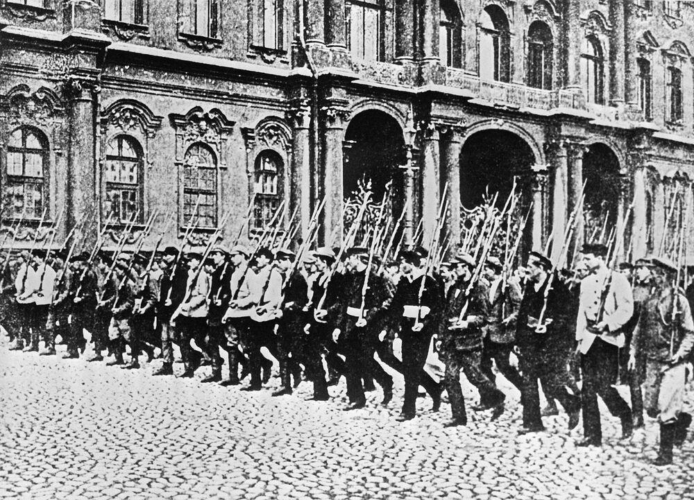 ثورة أكتوبر عام 1917 - مجموعة من الحرس الأحمر في إحدى شوارع بتروغراد عام 1917. الصورة من الأرشيف المركزي للاتحاد السوفيتي