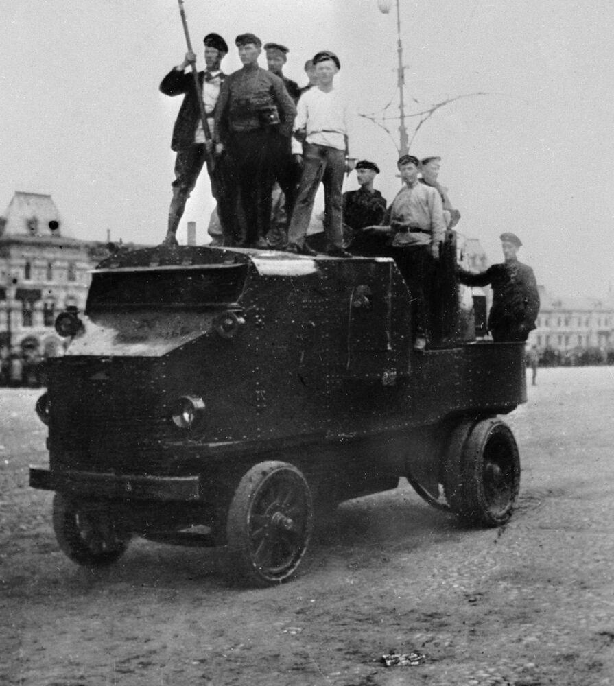 ثورة أكتوبر عام 1917 - أحداث ثورية، عمال على متن مركبة مدرعة على الساحة الحمراء في موسكو، 1917