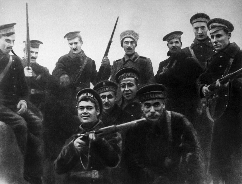 ثورة أكتوبر عام 1917 - بحارة أسطول بحر البلطيق المشاركين في اقتحام القصر الشتوي  في بتروغراد