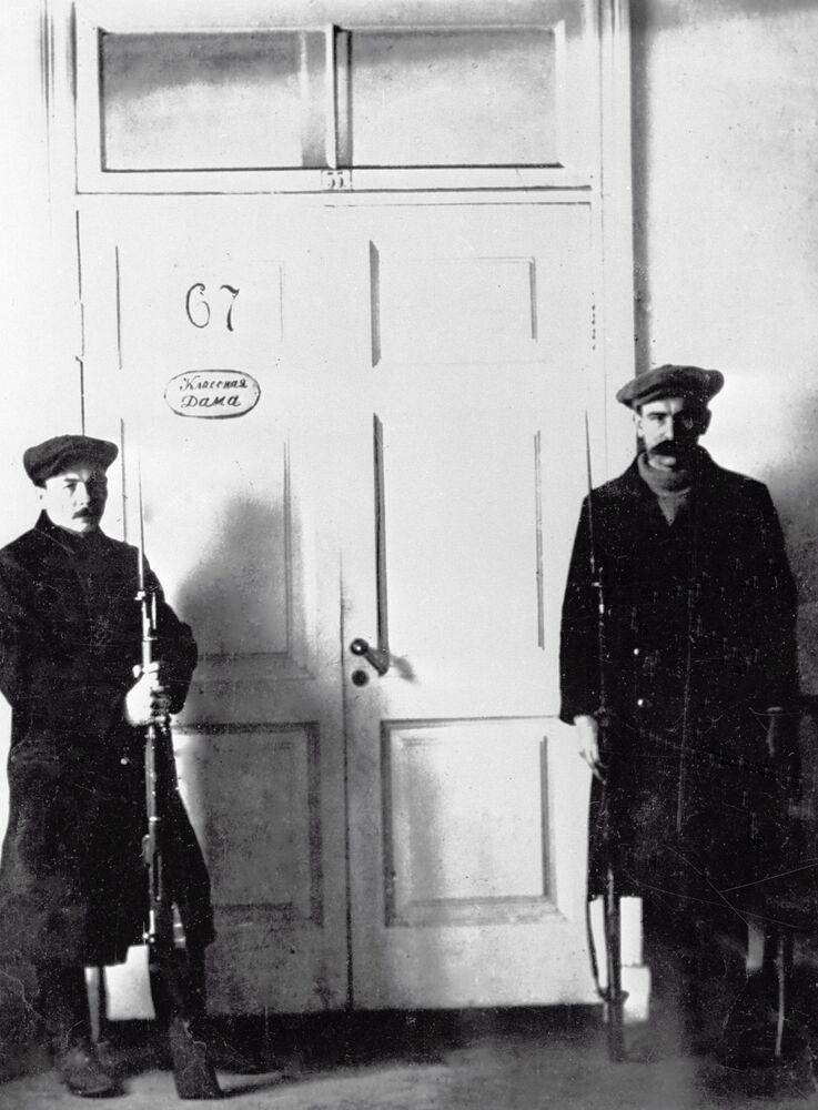 ثورة أكتوبر عام 1917 - حرس مكتب فلاديمير لينين في سمولني، بتروغراد عام 1917