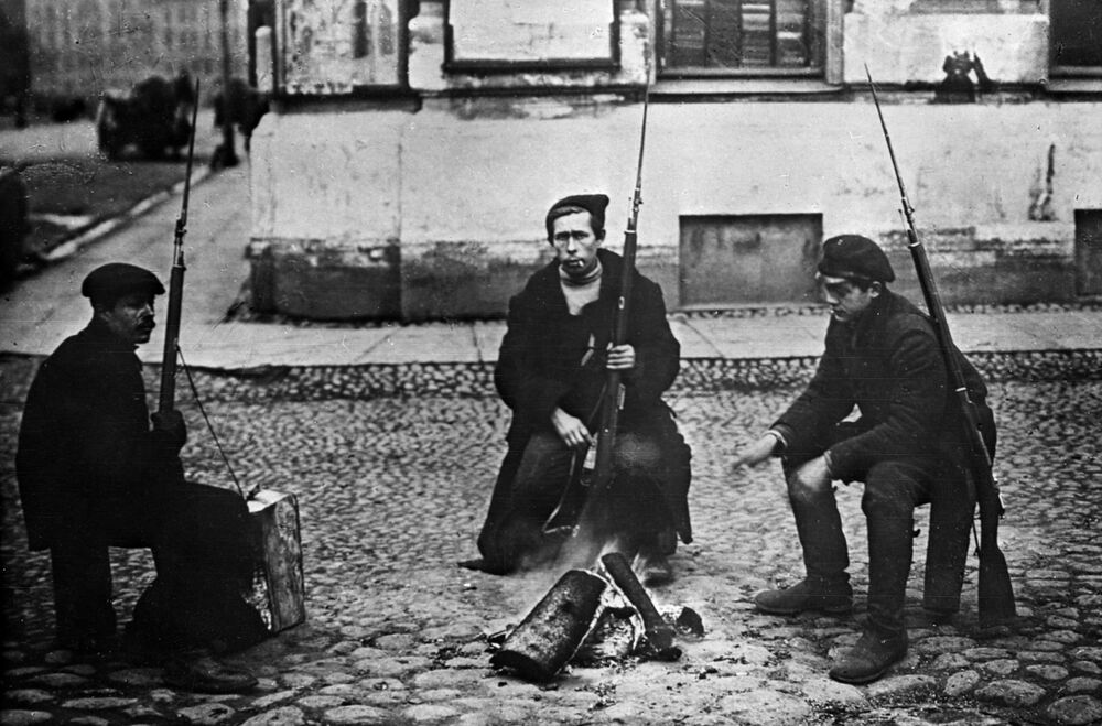 ثورة أكتوبر عام 1917 - الحرس الأحمر يجلسون أمام النار للتدفئة في إحدى شوارع بتروغراد