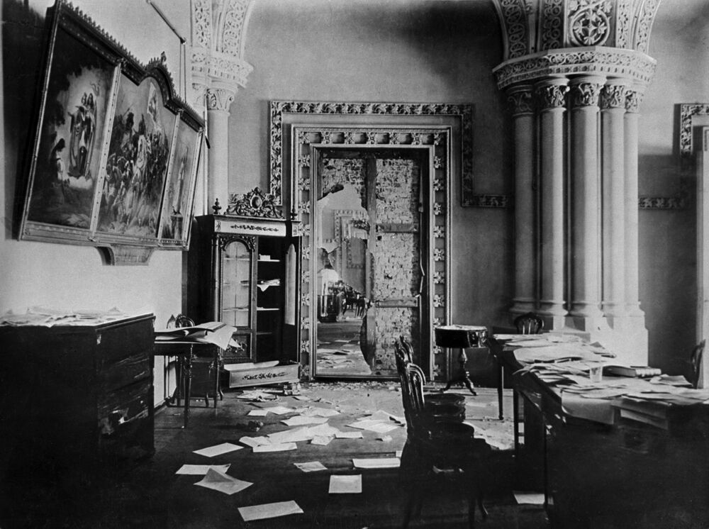 ثورة أكتوبر عام 1917 - قاعة عريقة في القصر الشتوي، الذي كان قد أصبح موقعا مؤقتا لإقامة البلاشفة، بعد الاستيلاء عليه في 7 نوفمبر 1917 (25 تشرين الأول حسب التقويم القديم)، بتروغراد