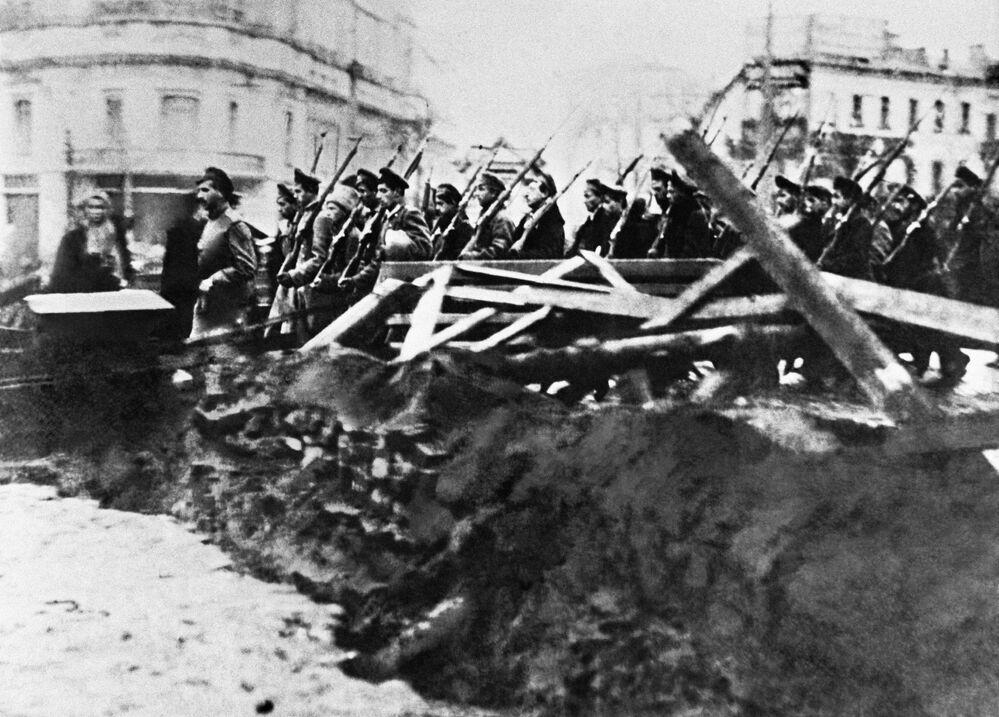 ثورة أكتوبر عام 1917 - القوات المسلحة من برتبة يونكير (كانت موجودة قبل عام 1918)، المعادية للبلشفية، في شوارع موسكو