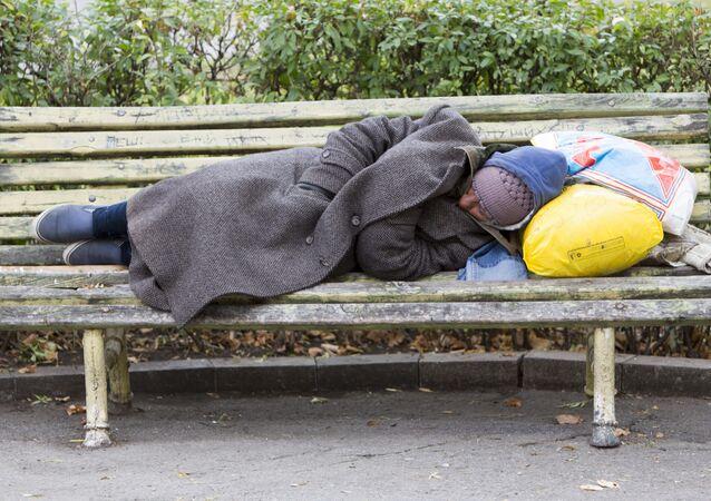 فقير ينام في الحديقة