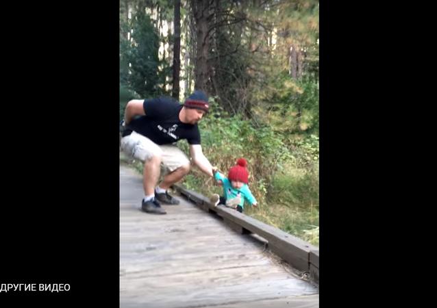 أب ينقذ طفلته