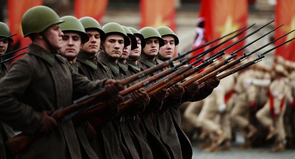 محاكاة عرض عام 1941 (الذكرى الـ 76) - عندما انطلق الجيش الأحمر من الساحة الحمراء من موسكو إلى الجبهات القتالية
