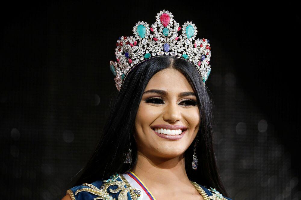ملكة جمال دلتا أماكورو، ستيفاني غوتيريز، بعد أن فازت بلقب ملكة جمال فنزويلا  لعام 2017 في كراكاس