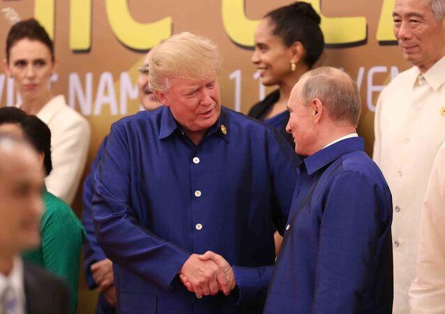 تبادل الرئيسان الروسي فلاديمير بوتين والأمريكي دونالد ترامب، التحية وتصافحا خلال قمة إبيك في فيتنام
