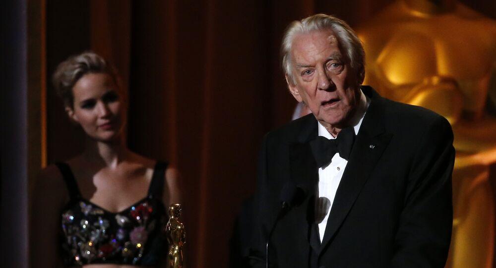 الممثل الأمريكي دونالد ساذرلاند في حفل تكريمه في هوليوود وخلفة جينيفر لورانس