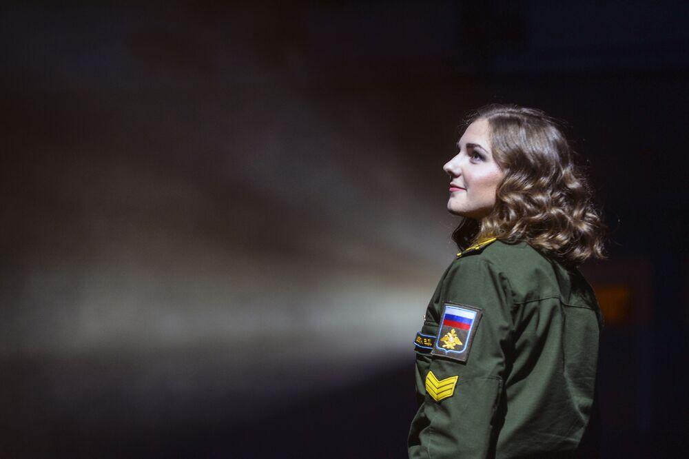 أداء المشاركات على المسرح، خلال مسابقة جمال حسناء وشرف سان بطرسبورغ