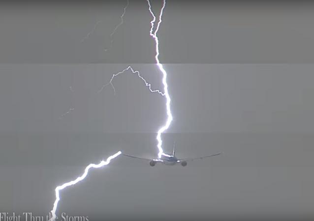 البرق يضرب طائرة ركاب هولندية أثناء إقلاعها
