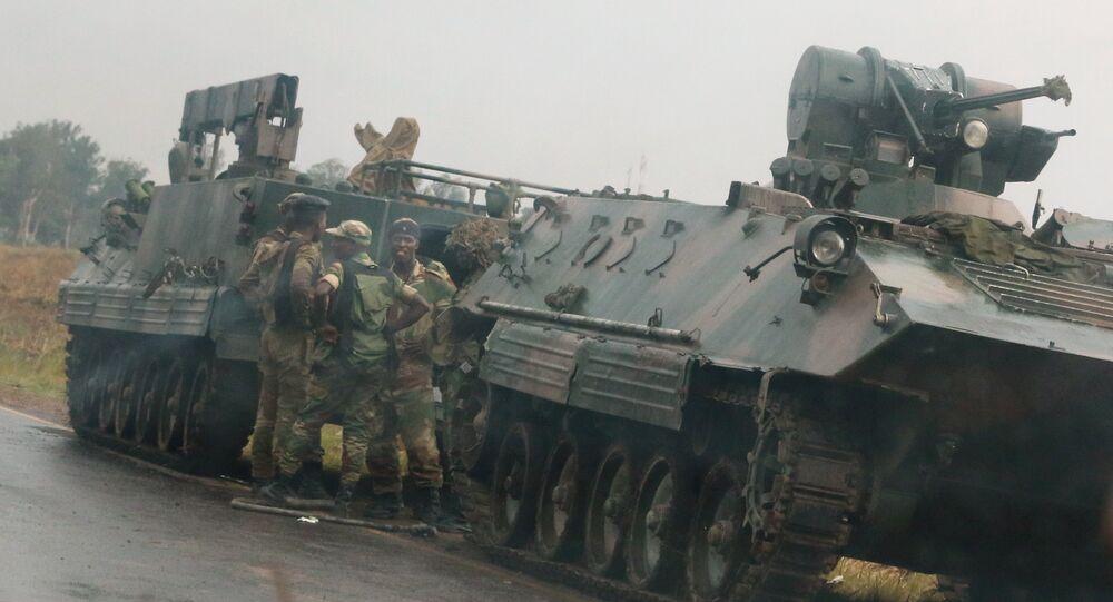 جنود يقفون بجانب دباباتهم في شوارع هاراري عاصمة زيمبابوي