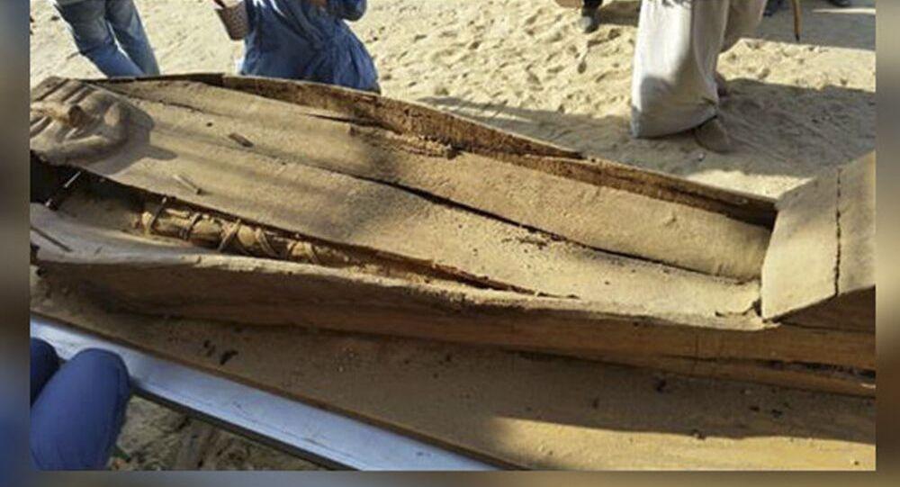 تابوت خشبي فيه مومياء في الفيوم بمصر