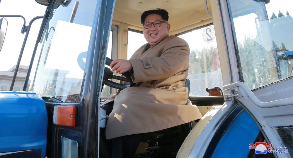 زعيم كوريا الشمالية كيم يونغ أون خلال زيارته لمصنع انتاج الجرارات في بيونغ بيانغ، كوريا الشمالية 15 نوفمبر/ تشرين الثاني 2017