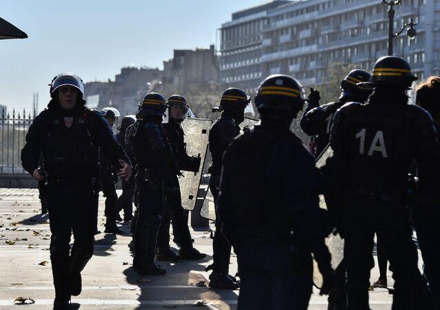 مظاهرات طلاب المدارس والجامعات احتجاجا على اصلاحات وتعديلات ماكرون في التعليم، الشرطة الفرنسية في باريس، فرنسا 22 نوفمبر/ تشرين الثاني 2017