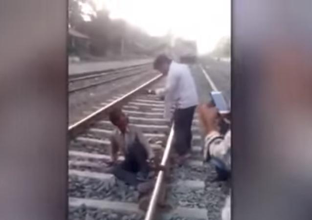 القطار يمر من فوق الهندي
