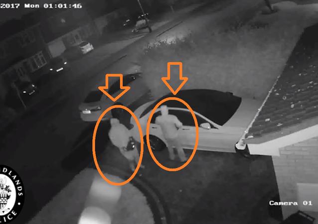 سرقة سيارة مرسيدس بدقيقة واحدة وبدون مفاتيح