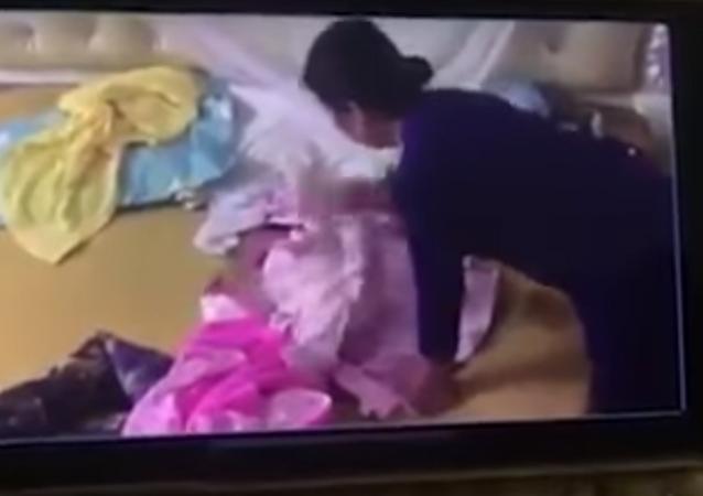 حاضنة في فيتنام تضرب طفلة بوحشية