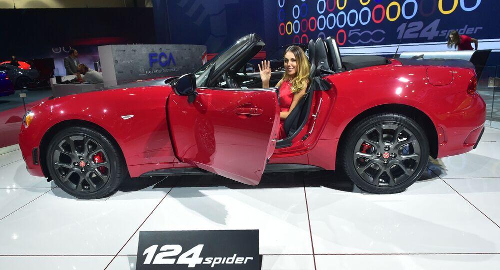 عرض السيارات لا أوتو شو 2017 في لوس أنجلوس - السيارة الجديدة Fiat 124 Spider ، كاليفورنيا 29 نوفمبر/ تشرين الثاني 2017