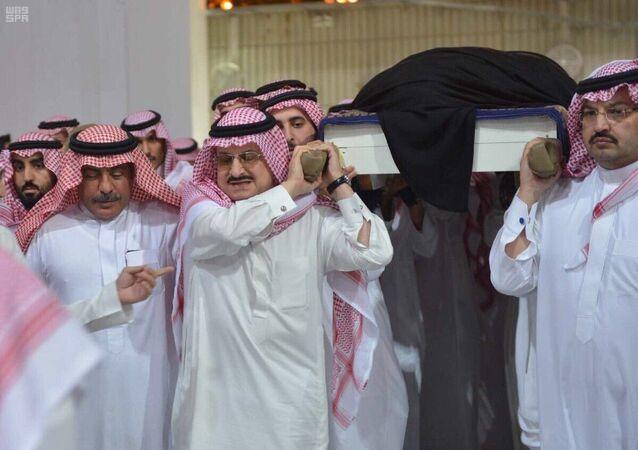 الأمير خالد بن طلال ينشر صورة مؤثرة مع الأميرة مضاوي