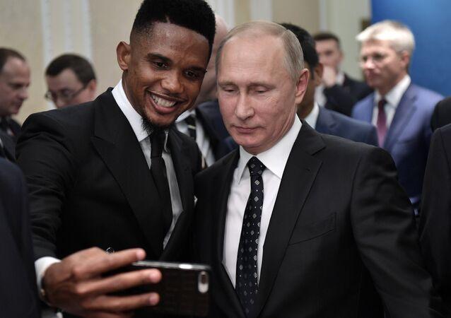 الرئيس الروسي فلاديمير بوتين و اللاعب الكاميرون السابق صامويل إيتو