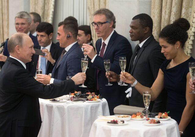 الرئيس الروسي فلاديمير بوتين يرحب بنجوم الكرة العالمية