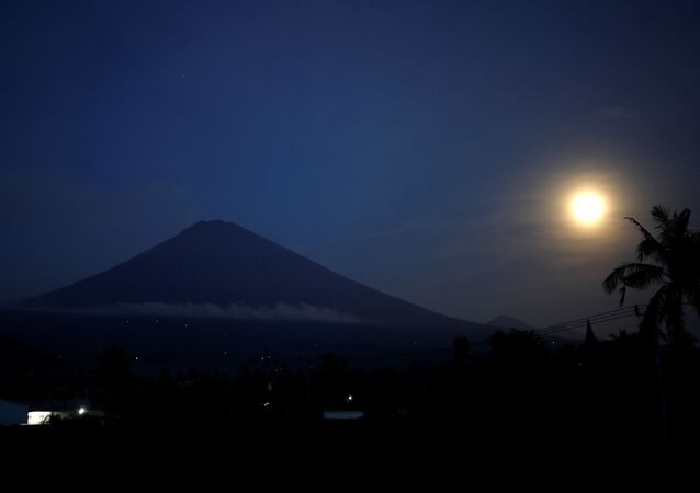 القمر العملاق في بالي، إندونيسيا 3 ديسمبر/ كانون الأول 2017