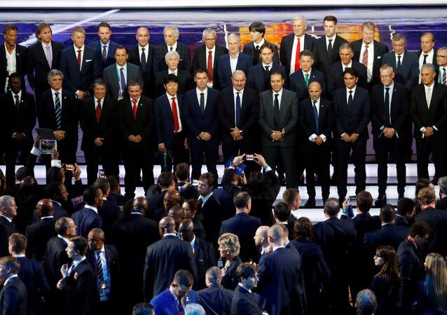 صورة جماعية لمدربي المنتخبات المشاركة في كأس العالم 2018