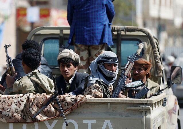 قوات أنصار الله يكبون سيارة خلال اشتباكات مع الوقات الموالية لعلي عبدالله صالح في صنعاء، اليمن 4 ديسمبر/ كانون الأول 2017