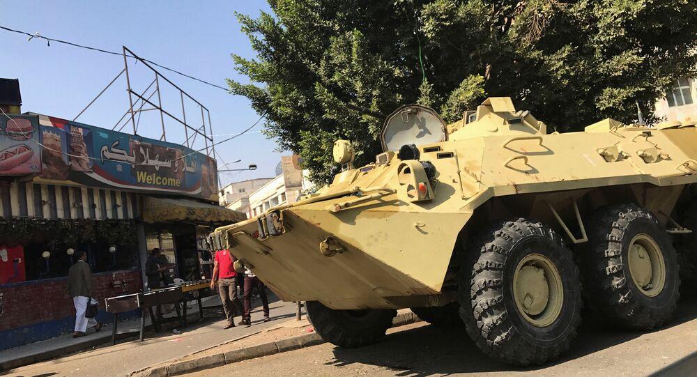 مدرعة تابعة لـ أنصار الله تقف في ساحة التحرير خلال الاشتباكات بين قوات أنصار الله والقوات الموالية للرئيس السابق علي عبدالله صالح في صنعاء، اليمن 4 ديسمبر/ كانون الأول 2017